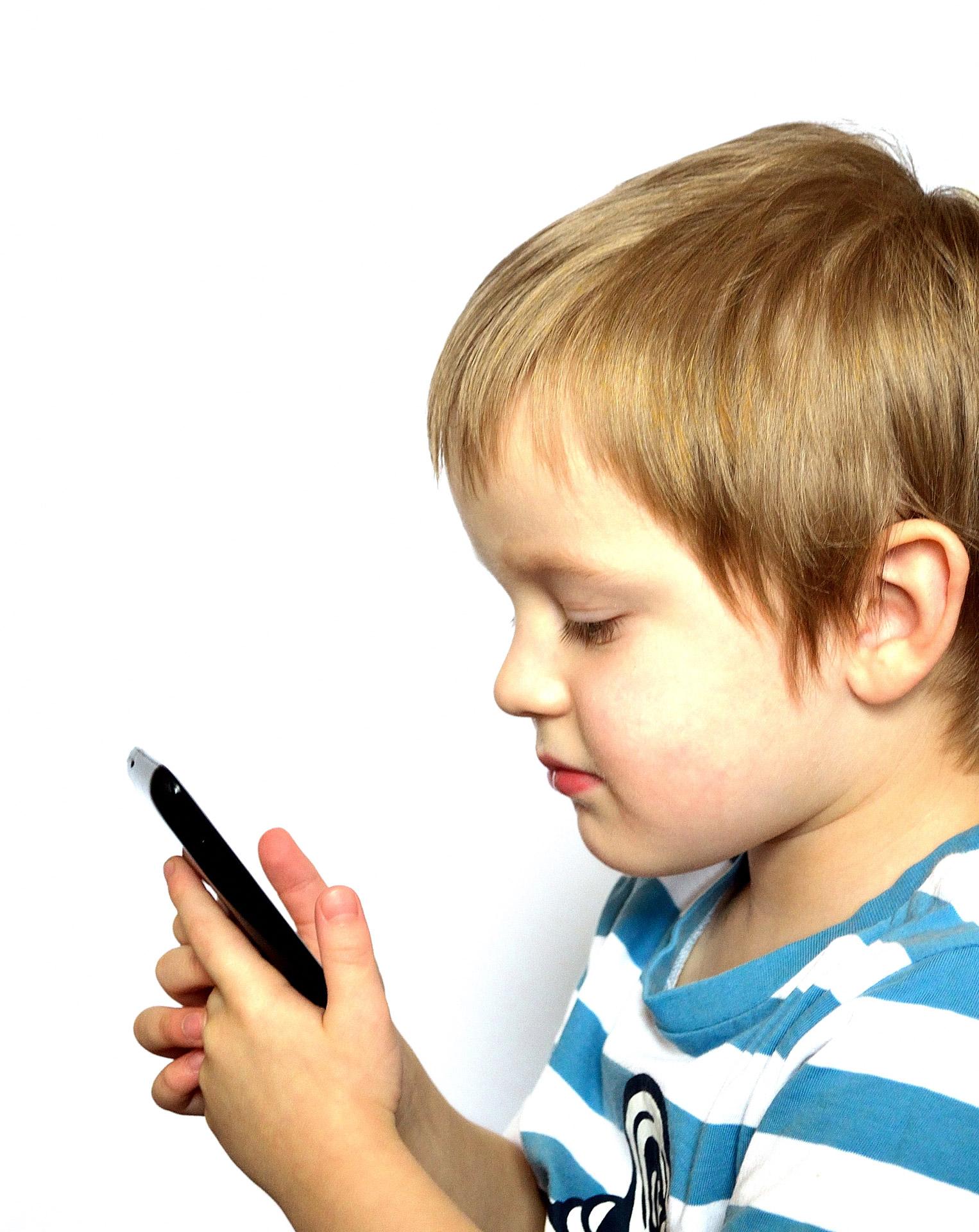 child_and_phone